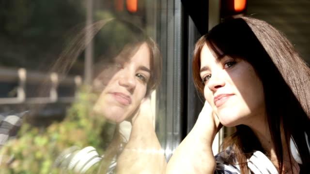 stockvideo's en b-roll-footage met meisje alleen reizen - passenger