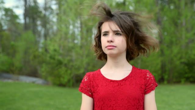 vidéos et rushes de fille tournant la tête avec le vent soufflant ses cheveux - suivre activité avec mouvement