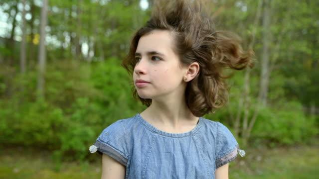 vidéos et rushes de fille tournant la tête avec le vent soufflant ses cheveux - robe d'été