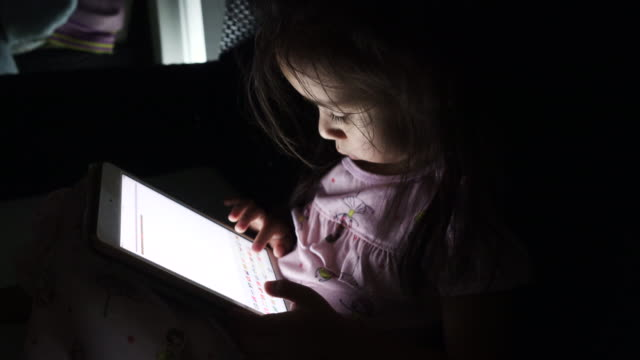Une fille en tapant avec une tablette