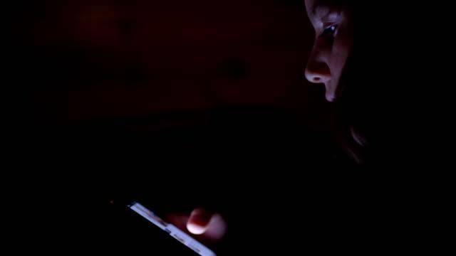MS-Girl mit einem smart-Phone in der Nacht