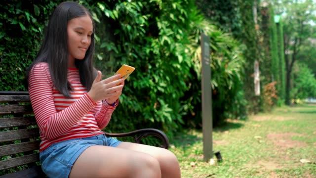 stockvideo's en b-roll-footage met meisje met behulp van een smartphone - 14 15 jaar