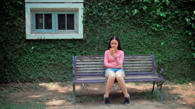 スマートフォンを使用して女の子 - 14歳から15歳点の映像素材/bロール