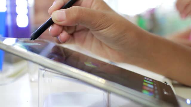 mädchen mit digitalen stift zeichnen an einem tablet arbeitet - elektronik industrie stock-videos und b-roll-filmmaterial