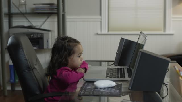 vidéos et rushes de ms pan girl (2-3) using laptop at home / orem, utah, usa - orem