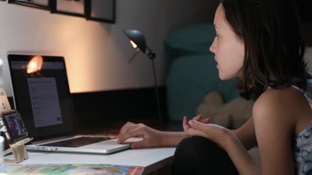 vidéos et rushes de girl using laptop - seulement des petites filles