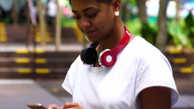 vídeos de stock, filmes e b-roll de menina usando o celular - tecnologia sem fio