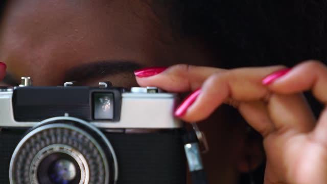 レトロなカメラの使用女の子 - カメラ点の映像素材/bロール