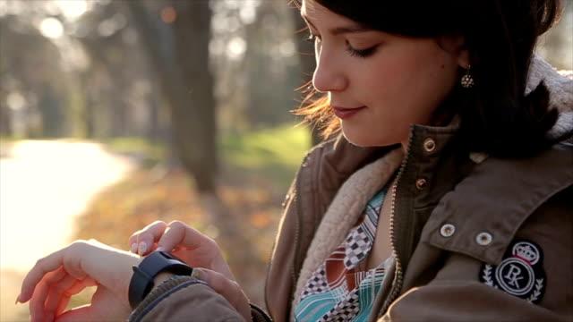 vidéos et rushes de jeune fille à l'aide de smart regarder à l'extérieur - un seul objet