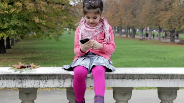 flicka med smartphone - endast flickor bildbanksvideor och videomaterial från bakom kulisserna