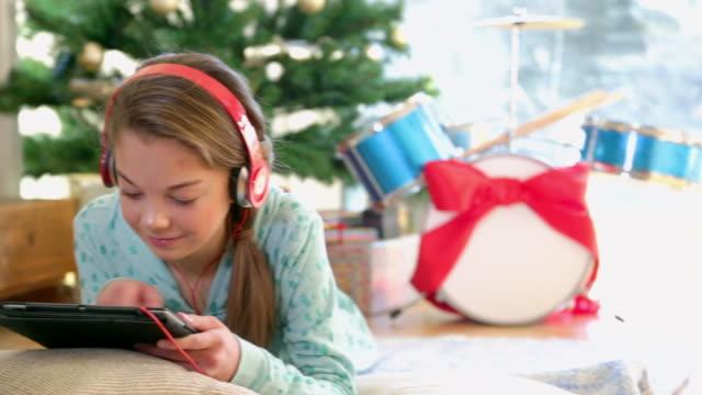 stockvideo's en b-roll-footage met girl using tablet - 12 13 jaar