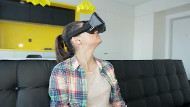 Meisje met behulp van virtuele realiteit thuis.
