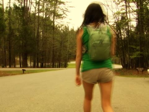 girl ウォーキングダウンパス - ランニングショートパンツ点の映像素材/bロール