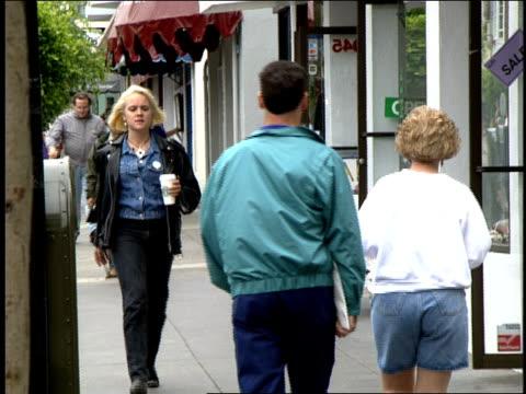 vidéos et rushes de girl walking in san fransico condomania store - préservatif