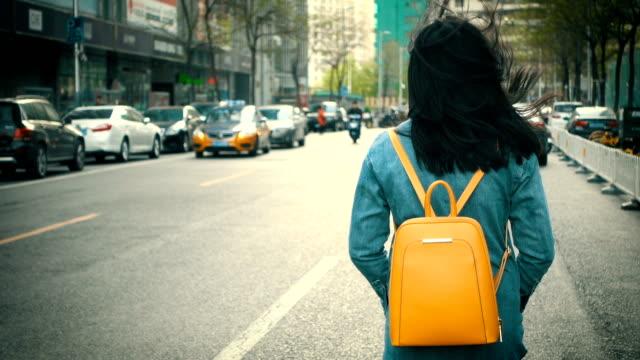 Mädchen zu Fuß in die Stadt Straße