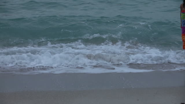 女性のビーチの散歩 - タオルにくるまる点の映像素材/bロール