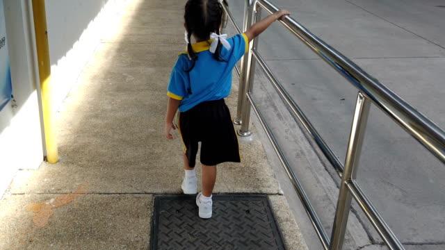 vídeos y material grabado en eventos de stock de una chica caminando por el sendero - dirección