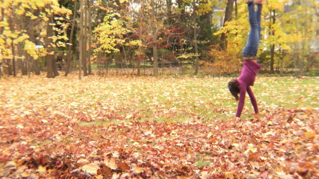 vidéos et rushes de ws girl (12-13) walking on hands in yard / montclair, new jersey, usa - une seule petite fille
