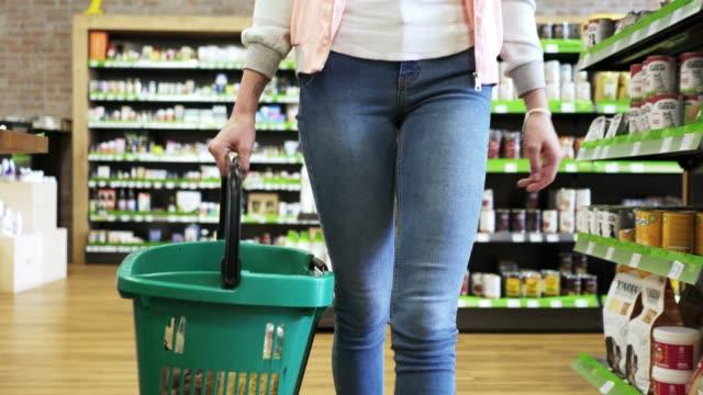 vidéos et rushes de fille pied creux du magasin avec panier - panier courses