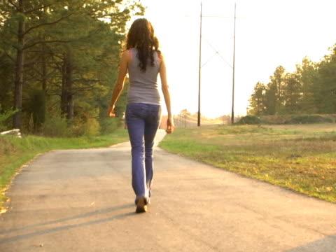 vídeos de stock, filmes e b-roll de mulher caminha por caminho e desapareça - desaparecer gradualmente