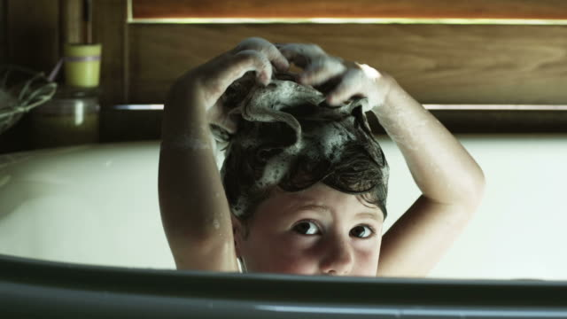 cu girl (2-3) washing hair in bathtub, american fork, utah, usa - vasca da bagno video stock e b–roll