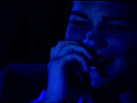 vídeos y material grabado en eventos de stock de girl watching scary movie in theater - sólo chicas adolescentes