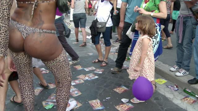 girl watching transexual audio / rome lazio italy - bambina nuda video stock e b–roll