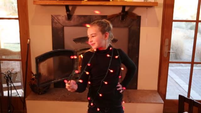 girl wearing colored lights - 腰に手を当てる点の映像素材/bロール
