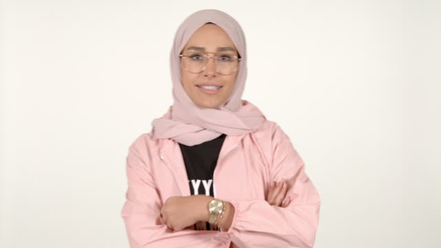 vídeos de stock, filmes e b-roll de girl wearing hijab sport - vestimenta religiosa