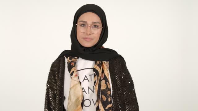 vídeos de stock, filmes e b-roll de girl wearing hijab - vestimenta religiosa