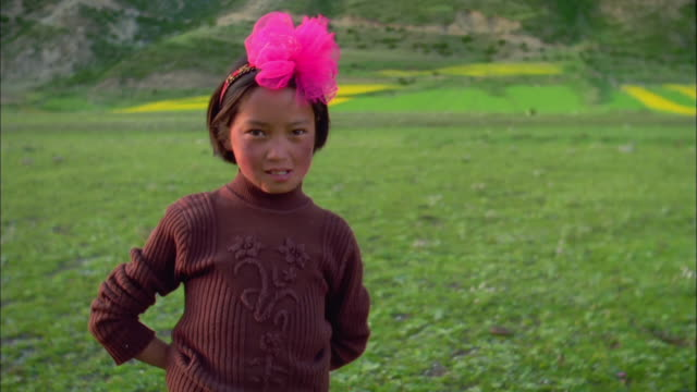 stockvideo's en b-roll-footage met girl wearing pink headband looks into camera, himalayas available in hd. - haarband