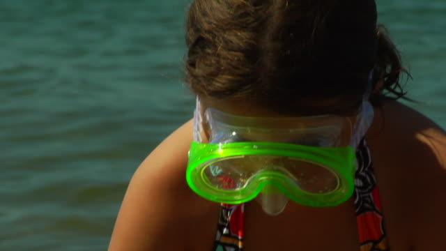 vídeos de stock e filmes b-roll de cu, tu, girl (8-9) wearing snorkel gear playing at water's edge, portrait, north truro, massachusetts, usa - water's edge