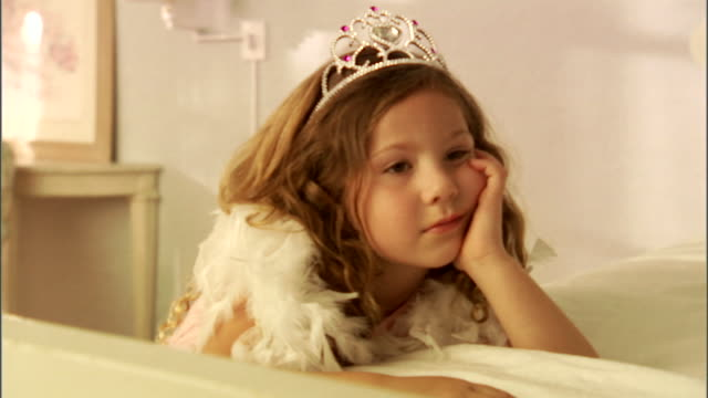 cu, zi, girl (4-5) wearing tiara and feather boa - mädchen stock-videos und b-roll-filmmaterial