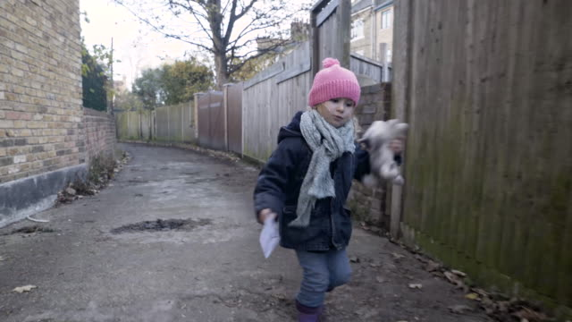 stockvideo's en b-roll-footage met girl (4-5) winter clothes walking - alleen kinderen