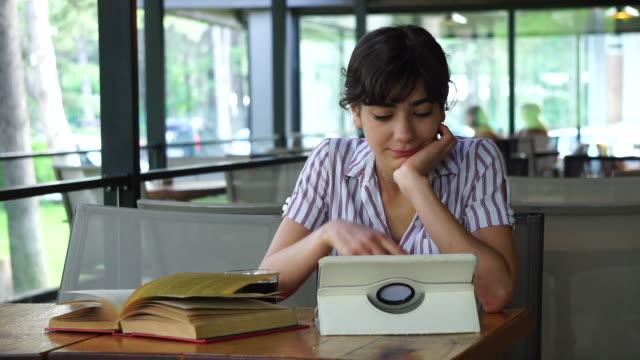 vídeos y material grabado en eventos de stock de chica, tecnología inalámbrica, libro y café - hacer un descanso