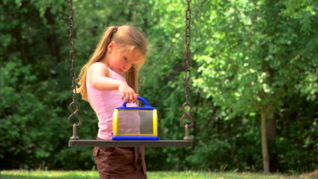 girl with a bug cage - この撮影のクリップをもっと見る 1428点の映像素材/bロール