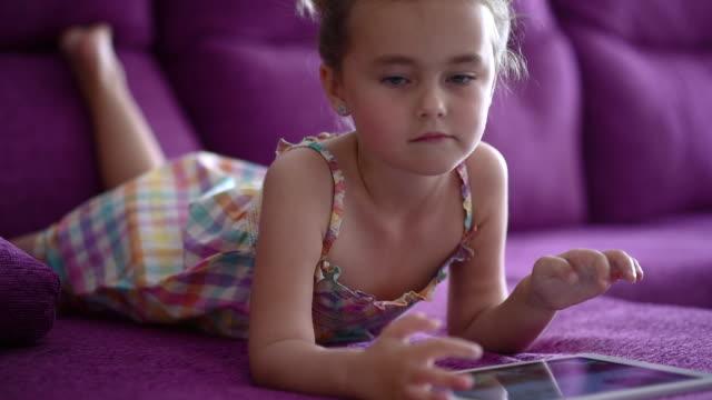 vídeos de stock, filmes e b-roll de girl with a tablet computer - 6 7 anos