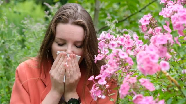 vídeos de stock e filmes b-roll de girl with allergy sneezing and coughing. - asmático