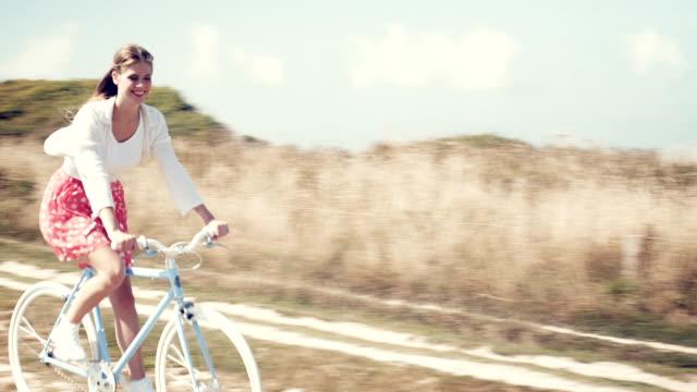 vídeos de stock e filmes b-roll de menina com bicicleta - normandia