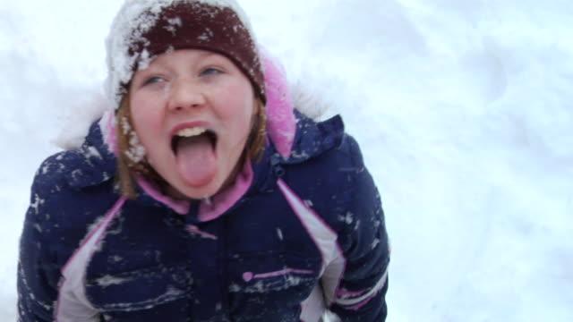 vidéos et rushes de ha ms slo mo girl with braces catching snowflakes on her tongue/ hortonville, wisconsin - tirer la langue