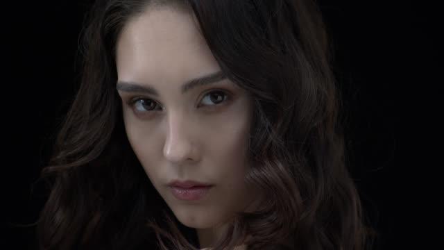 vídeos de stock, filmes e b-roll de garota com olhos castanhos e maquiagem do dia olhando para a câmera. - brown hair