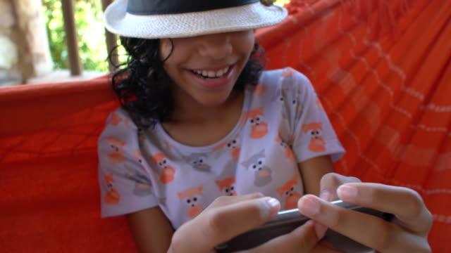 vídeos de stock, filmes e b-roll de menina com celular - rede de dormir