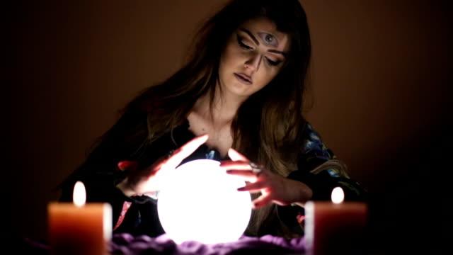 Meisje met magische kristallen bol