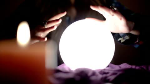 stockvideo's en b-roll-footage met meisje met magische kristallen bol - projection