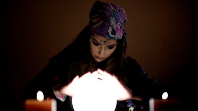 vídeos y material grabado en eventos de stock de niña con bola mágica de cristal - pañuelo de cabeza