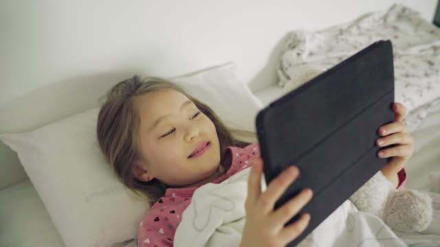 vidéos et rushes de girl with digital tablet - seulement des petites filles