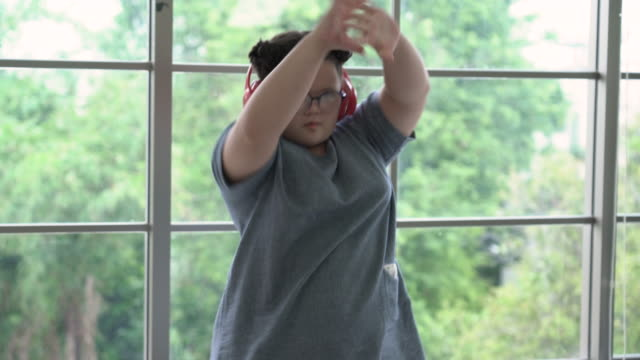 vídeos de stock e filmes b-roll de girl with down syndrome dancing in front of window - só uma menina adolescente
