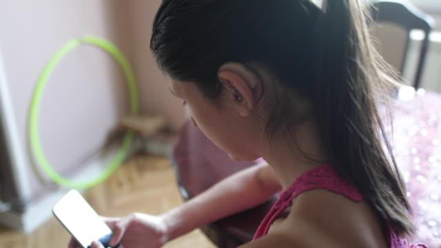 vídeos y material grabado en eventos de stock de chica con audífonos - sordera