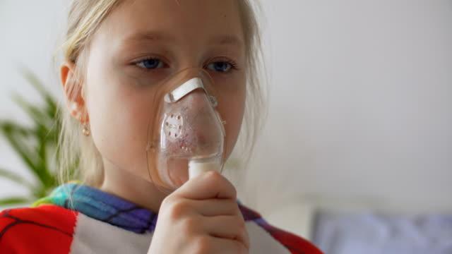 vídeos de stock e filmes b-roll de girl with inhaler in living room - asmático
