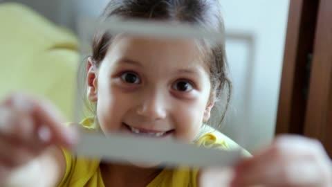 vídeos y material grabado en eventos de stock de chica con marco de fotos instantáneo - transferencia de impresión instantánea